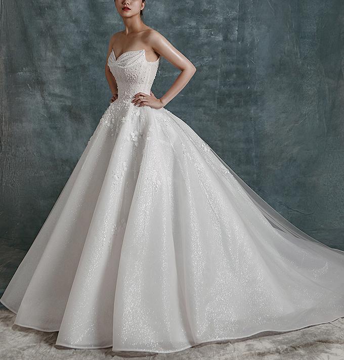 Thiết kế có đuôi dài tạo sự thướt tha, uyển chuyển trong từng bước đi của cô dâu.