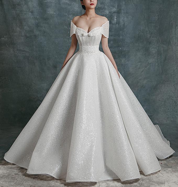 Nhóm thiết kế mong muốn qua những mẫu váy cưới sẽ làm nổi bật sự tự tin cùng thần thái quyến rũ của cô dâu hiện đại.