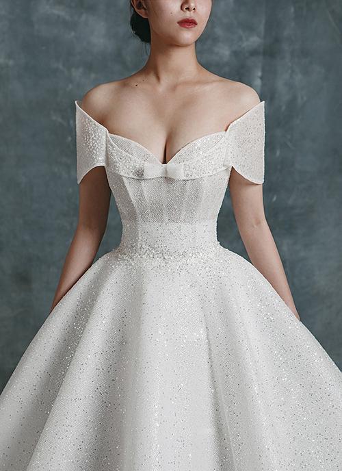 Váy được dựng nẹp thân, giúp cô dâu có vòng eo siêu nhỏ, thu hút mọi ánh nhìn. Phần ngực váy được dựng khối bắt mắt giúp cô dâu có trang phục độc đáo cho ngày đại hỷ.