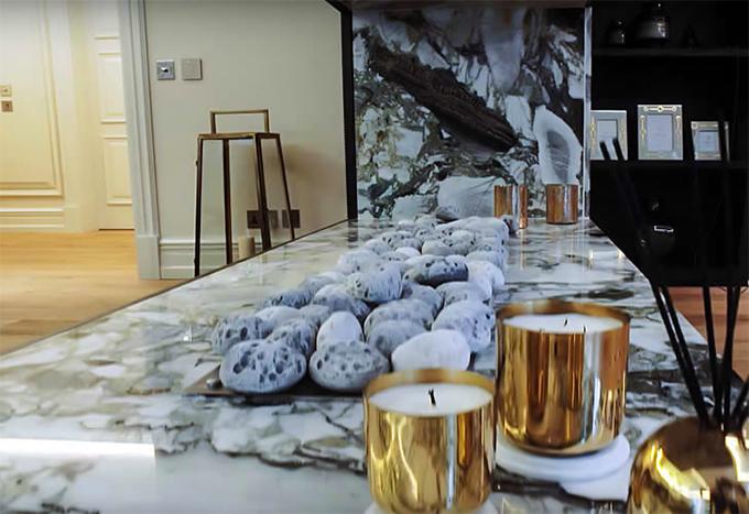 Toàn bộ đá cẩm thạch trong nhà Ozil cũng được đưa từ Thổ Nhĩ Kỳ sang. Phần nội thất của ngôi biệt thự do một người bạn của Ozil thiết kế.