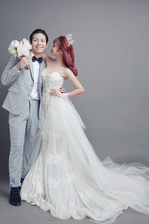 Váy cưới mà Khởi My diện có tùng rời, giúp cô dâu thay đổi kiểu váy linh hoạt trong nháy mắt.