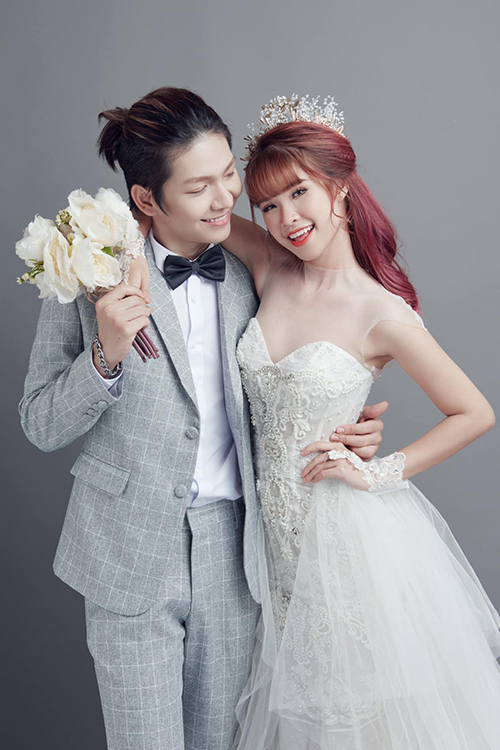 Trong bộ hình, Kelvin Khánh liên tục dành ánh mắt trìu mến cho vợ.