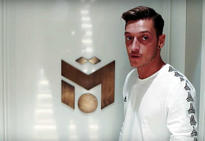 Logo thương hiệu của Ozil được gắn ở mỗi cánh cửa trong biệt thự.