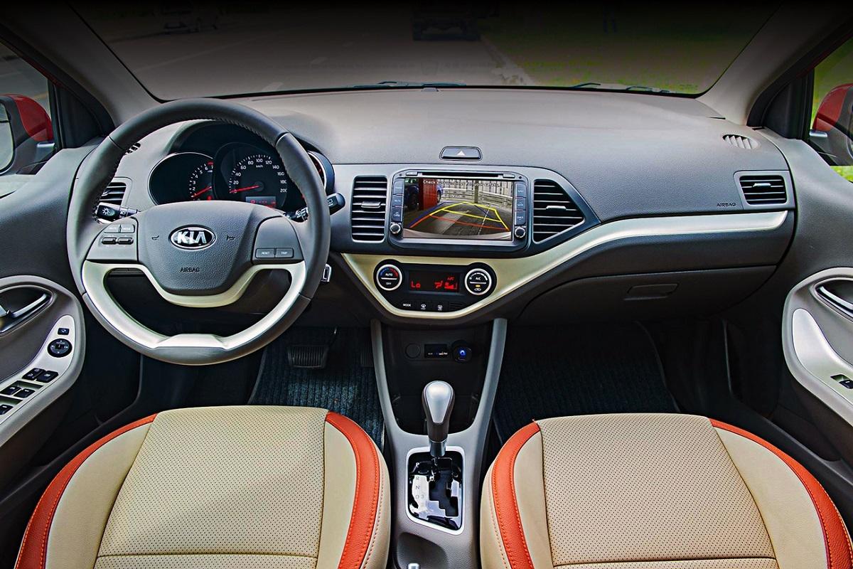 Nội thất xe Kia Morning khiến nhiều chị em hài lòng nhờ ghế da phối màu be sang trọng cùng vô-lăng bọc da mềm mại.