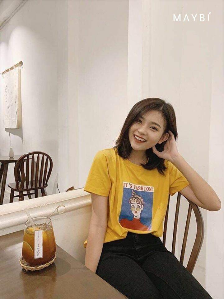 Hot teenMinh Tuyền diện áo phôngmàu vàng với hình in bắt mắt.