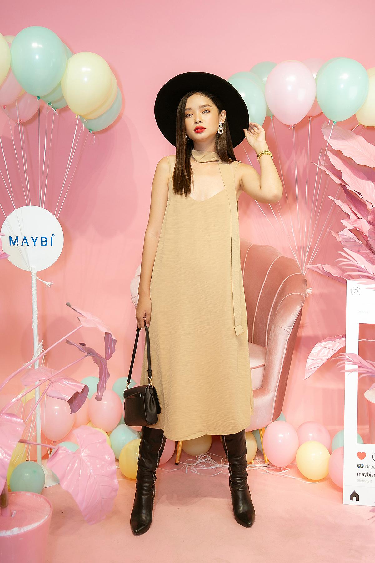 Khi bạn vừa thích phong cách bánh bèo, vừa yêu sựcá tính, người mẫuNhư Mỹ gợi ý cáchkết hợp hài hoà giữa chiếc váy suông màu beige cùng đôi bốt mạnh mẽ và các phụ kiện đi kèm.