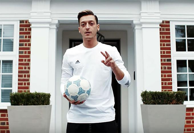 Mesut Ozil mới đây đích thân giới thiệu về ngôi biệt thự trị giá 10 triệu bảng của Anh ởHampstead, London. Tiền vệ 31 tuổi chuyển tới Arsenal từ Real với bản hợp đồng trị giá 42,5 triệu bảng hồi năm 2013 nhưng tới năm 2016 anh mới mua biệt thự này.