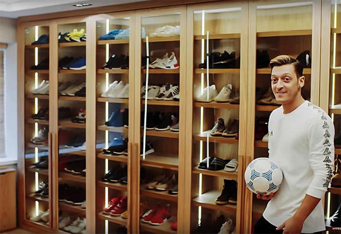 Phòng thay đồ với hàng trăm đôi giày của Ozil
