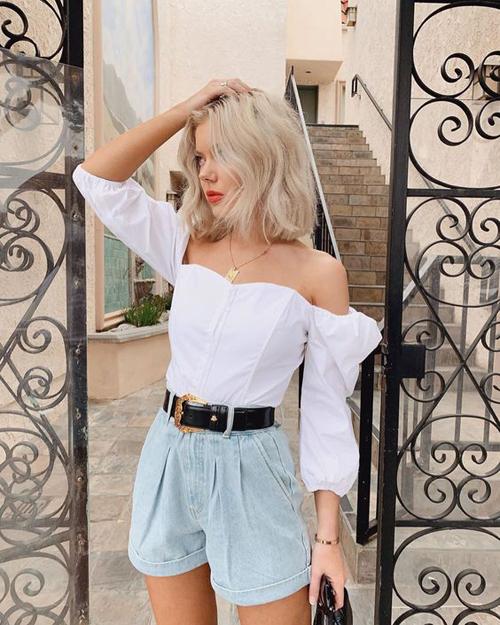 Bên cạnh quần short vải thô, các mẫu short jeans vẫn chiếm được cảm tính của phái đẹp. Chúng được chọn lựa để phối cùng áo blouse, áo trễ vai và crop-top.