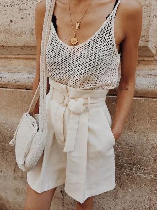 Trên các dáng quần short ống rộng, nhiều nhà mốt còn bố trí đai lưng vải để tăng phần điệu đà cho trang phục.