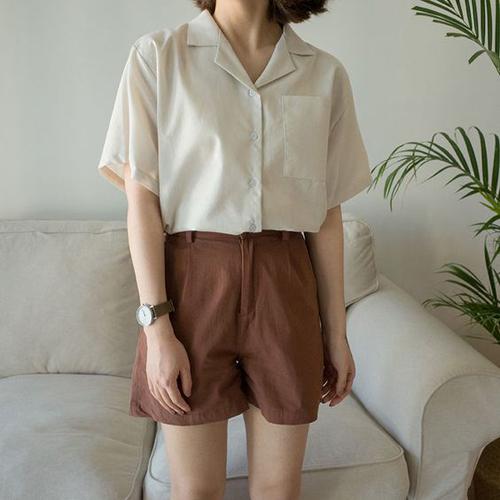 Ở dòng thời trang vintage, quần short mùa hè lại được thể hiện trên những tông màu mộc mạc như nâu, beige, trắng sữa.