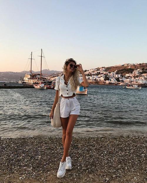 Trong loạt quần short hợp mốt mùa hè, tông trắng là gam màu thịnh hành nhất. Bởi ưu điểm của nó là tạo cảm giác thoáng mát và khiến người mặc trẻ trung hơn.