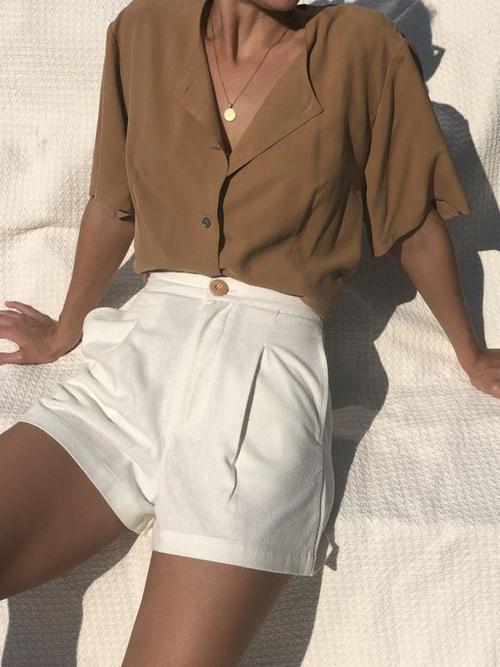 Quần short màu đơn sắc mix cùng các mẫu áo blouse, áo cổ sơ mi Nhật, cổ pyjama vừa tôn nét thanh lịch vừa khơi gợi nét sexy.