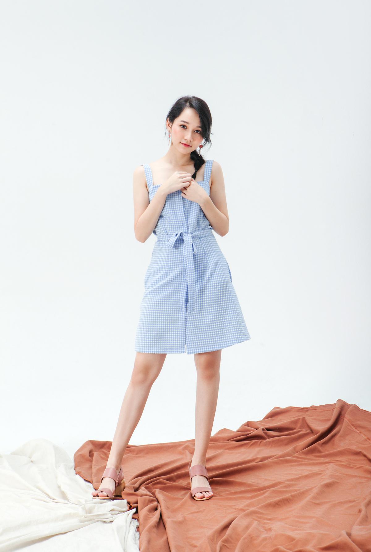 Đối lập phong cách với Huyền My, Trúc Anh chọn phong cách nữ tính với chiếc váy kẻ xanh, có thiết kế vát hai dây khoe thân hình mảnh mai.