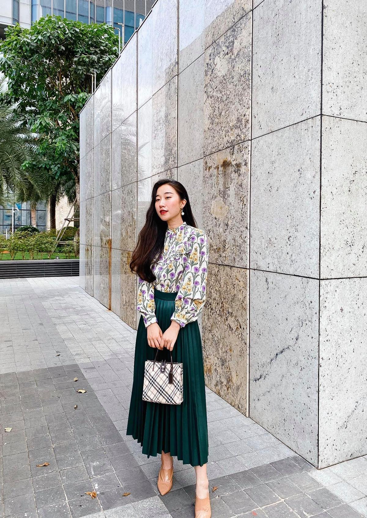 Nổi tiếng trong giới travel blogger và làmột designer có tiếng, Đặng Thùy Dương được các bạn trẻ yêu mến bởi phong cách thời trang bánh bèo nhưng vẫn cực cool. Chiếc váy chữ A họatiết hoađược người đẹp kết hợp khéo léo cùng đầm xếp ly xanh lá. Màu sắc hài hoà, một thiết kế trơn vàmột thiết kế họatiết bổ trợ cho nhau giúp cáccô nàng không chỉ hack tuổi mà còn nâng thêm chiều cao.