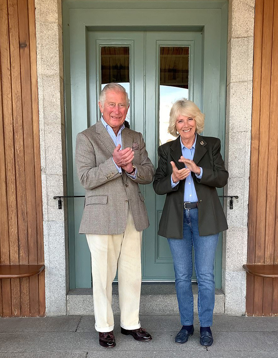 Thái tử Charles và Nữ công tước xứ Cornwall vinh danh nhân viên chống dịch Anh tạiBirkhall, Scotland. Ảnh: PA.