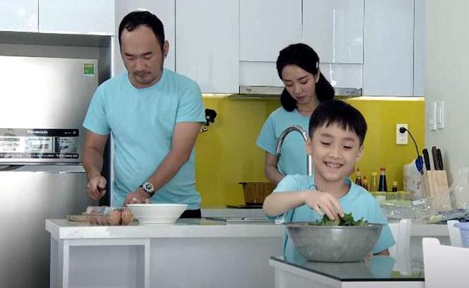 Tiến Luật trổ tài nấu nướng trong khi Thu Trang và con trai phụ rửa rau, chuẩn bị nguyên liệu. Nam diễn viên tiết lộ vợ anh là thành viên hội Ghét bếp. Hồi mới yêu cô ấy làm món trứng chiên đường cho tôi ăn đến giờ tôi vẫn còn sợ, Tiến Luật kể. Ở nhà người thường xuyên vào bếp là anh.