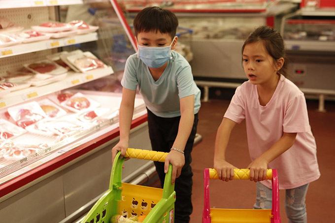 Sol hội ngộ bé Andy - con trai cặp diễn viên hài Thu Trang - Tiến Luật. Andy ra dáng soái ca nhí khi không chỉ chọn đồ cho mình mà còn giúp đỡ bé Sol trong siêu thị.