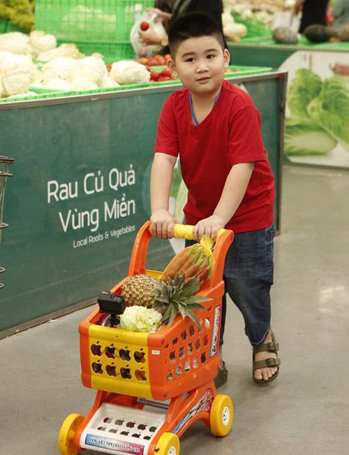 Bé Andy Khánh tỏ ra tháo vát và có trí nhớ tốt khi mua được khá đầy đủ các thực phẩm. Cậu nhóc còn là phụ tá đắc lực giúp bố chuẩn bị bữa cơm cho gia đình.