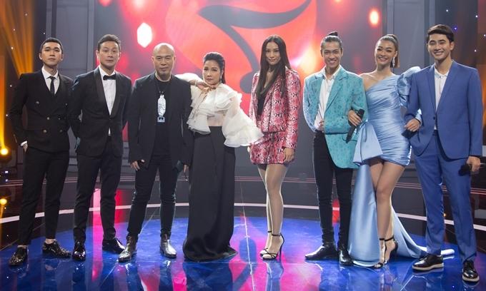 Từ trái sang: MC Minh Xù, MC Anh Tuấn, nhạc sĩ Huy Tuấn, diva Mỹ Linh, người mẫu Lilly Nguyễn, vũ công Hiền Sến, á hậu Kiều Loan, người mẫu Nhâm Phương Nam.