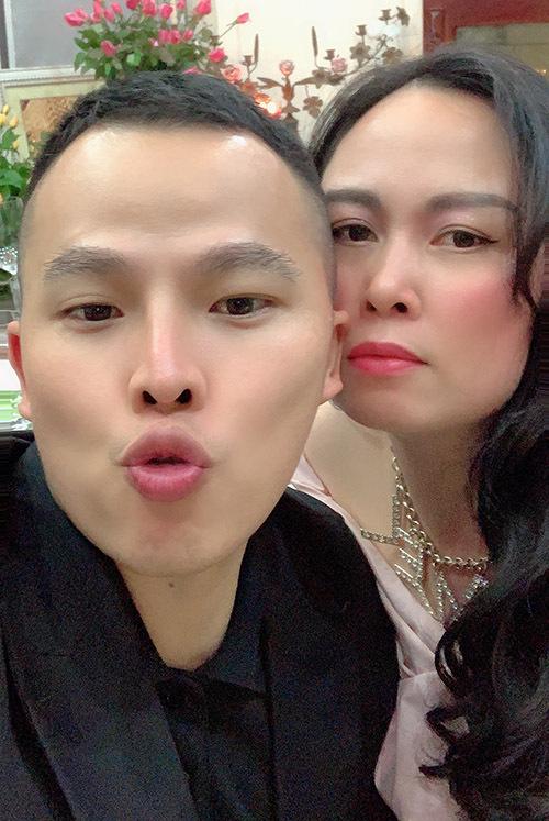 Vũ Khắc Tiệp chụp ảnh cùng Phượng Chanel ở Hà Nội.
