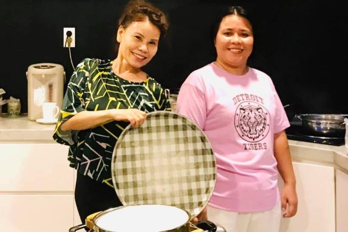 Chủ quán mì (áo hồng) chụp hình cùng mẹ Hồ Ngọc Hà trong bếp, khi nấu ăn cho gia đình nữ ca sĩ. Ảnh Hồ Ngọc Hà