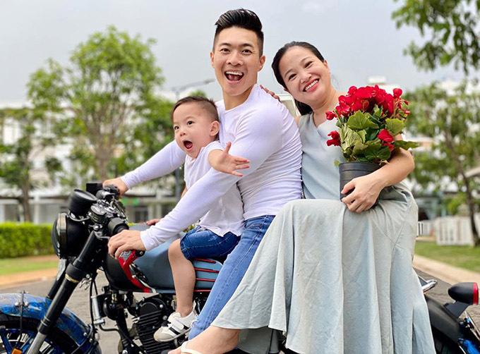 Bé Bắp rất hào hứng khi được ngồi trên xe máy với bố mẹ. Nhóc tỳ hơn 3 tuổi tính cách hoạt bát, hiếu động.