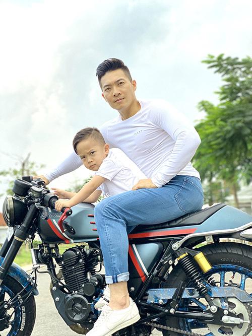 Bé Bắp làm mặt ngầu chụp ảnh cùng bố. Hồng Phượng khoe con trai có khiếu hài hước, biết tạo dáng từ nhỏ.