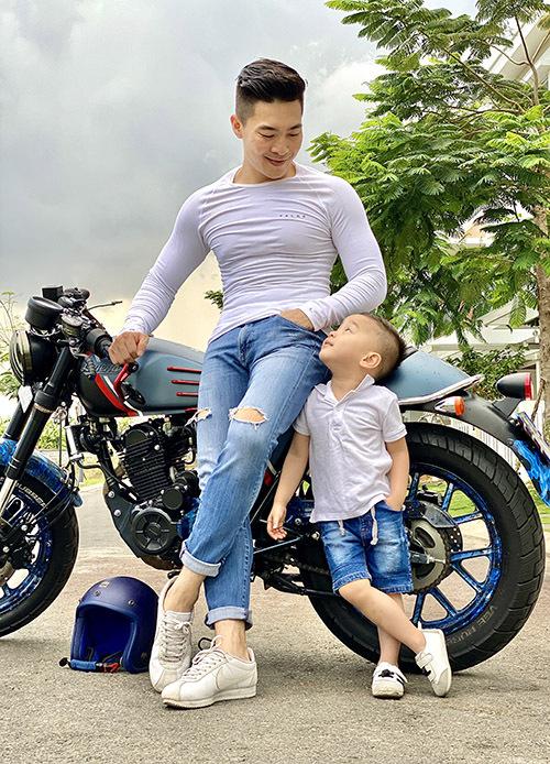 Con trai Én vàng 2006 hiện có lượng fan đông đảo trên mạng xã hội. Từ khi có em gái, Bắp ra dáng anh hai, biết giúp đỡ bố mẹ những việc nhỏ trong nhà.