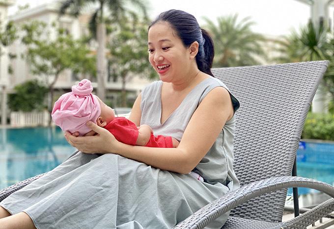 Bé Dâu hơn 2 tháng tuổi rất ngoan, ít quấy khóc. Công chúa nhỏ tăng cân đều và vẫn bú mẹ hoàn toàn.
