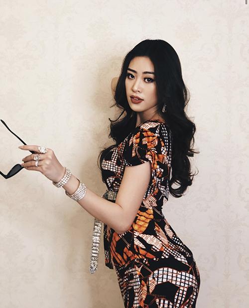Khánh Vân chọn nhiều trang sức đá, pha lê để phối cùng các mẫu đồ mặc nhà giá bình dân.