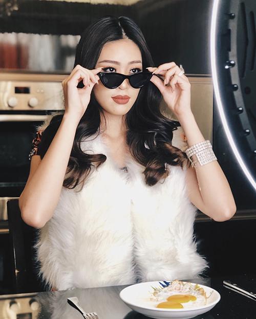 Khánh Vân chọn thêm khăn lông để phối cùng đồ bộ bình dân. Cô còn quay video giới thiệu về bữa ăn trong thời gian ở nhà tránh Covid-19.