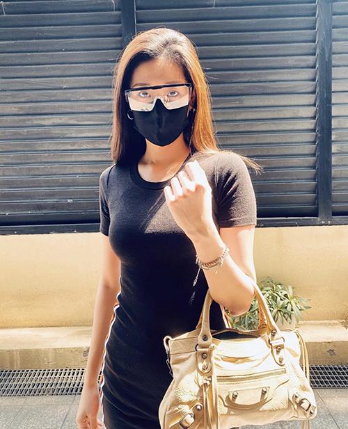 Khi xuống phố, Khánh Vân lại chọn váy ôm sát body để khoe hình thể. Phụ kiện đi kèm là túi hiệu Balenciaga.