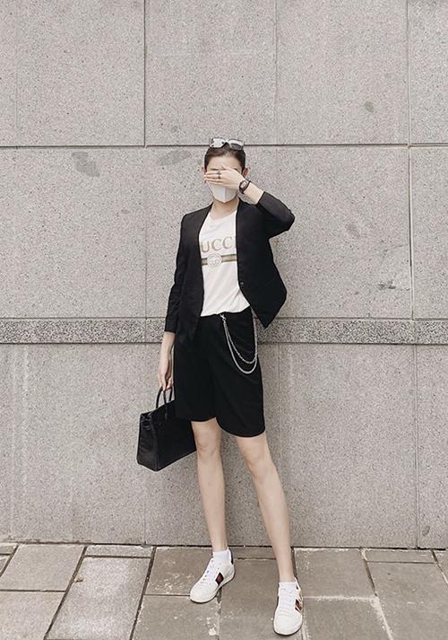 Á hậu Huyền My trẻ trung với set đồ tông trắng - đen gồm suit dáng ngắn, áo thun Gucci, túi hiệu Hermes.