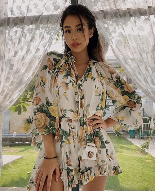 Tiên Nguyễn tiếp tục lăng xê các kiểu váy lụa mùa hè với hoạ tiết hoa lá rực rỡ sắc màu.
