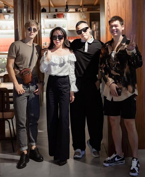 Phượng Chanel được bạn bè khen tính cách hài hước, hào sảng. Hiểu tính vợ nên Quách Ngọc Ngoan không bao giờ ghen tuông khi Phượng Chanel thân thiết với nhiều bạn khác phái.