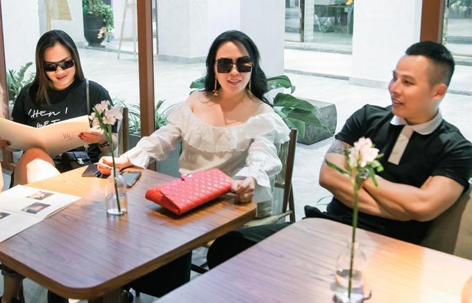Phượng Chanel, Vũ Khắc Tiệp và hội bạn thân đi uống cà phê ở một địa điểm nổi tiếng ngay trung tâm Sài Gòn, hôm 26/4.