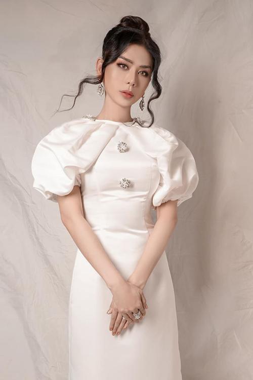 Cô hay diện các bộ váy bó sát, tôn vòng eo nhỏ nhắn. Số đo hiện tại của nữ ca sĩ là: 90-60-98. Với cân nặng 53 kg và chiều cao 1,72 m Lâm Khánh Chi được nhiều người khen dáng đẹp không kém người mẫu.