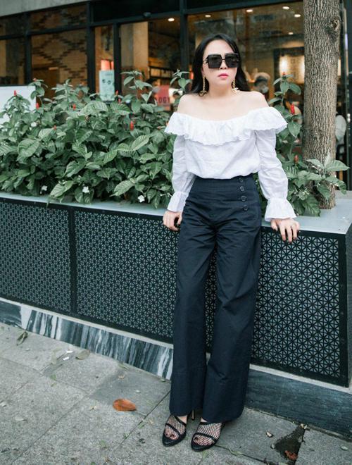 Nữ doanh nhân khoe vai trần khi diện thiết kế trẻ trung, năng động. Nhan sắc chưa từng qua dao kéo của Phượng Chanel được nhiều người khen nhìn tự nhiên, dễ chịu.