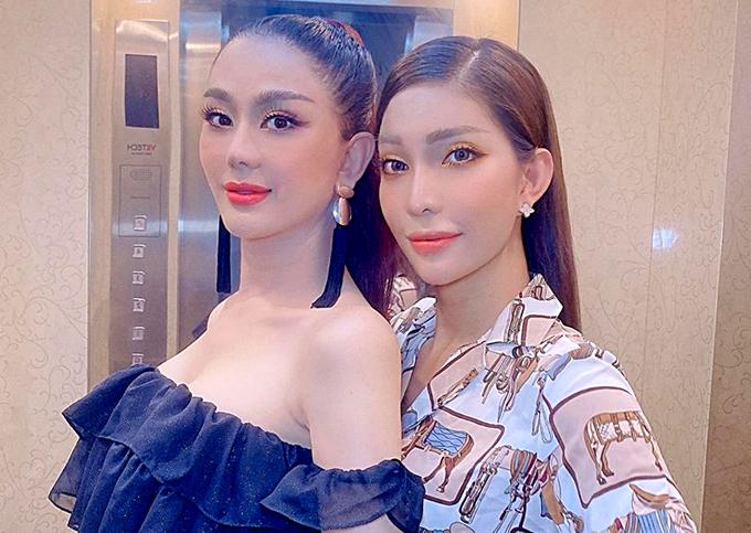 Lâm Khánh Chi chụp ảnh cùng người đẹp chuyển giới Vicky Trần (phải).
