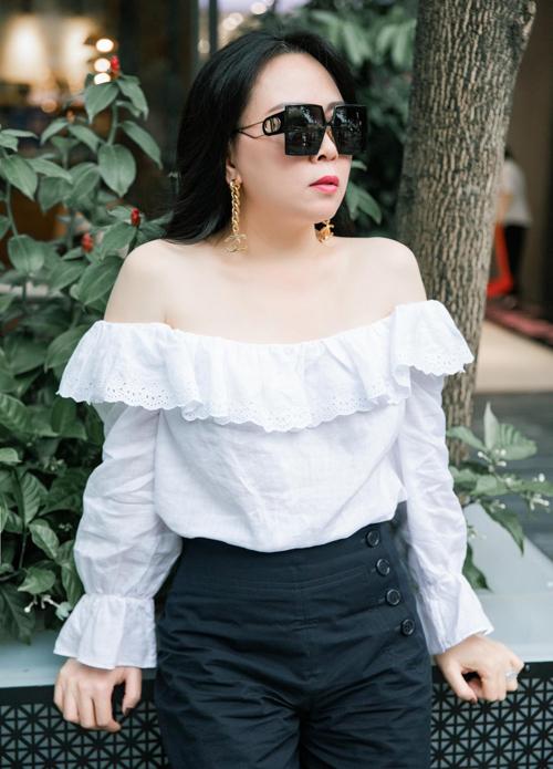 Gần đây bà xã của Quách Ngọc Ngoan chuộng mặc váy áo hở vai. Cô rất tự tin với làn da trắng mịn tự nhiên, dù đã qua tuổi 40.