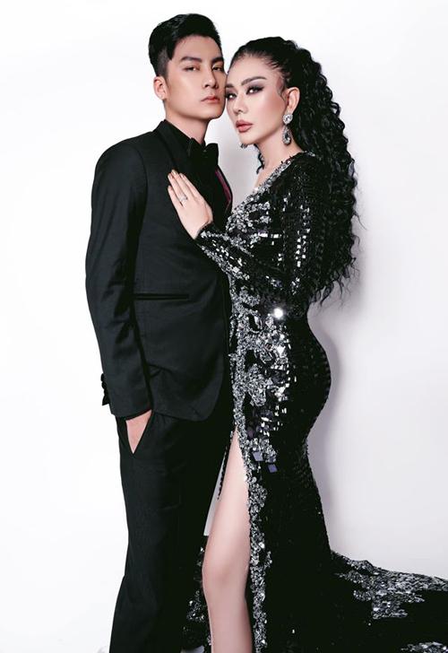 Ở tuổi 43, nữ ca sĩ thấy mình hạnh phúc, may mắn vì có tổ ấm trọn vẹn với ông xã Trần Phi Hùng. Hiện cô vẫn phải uống hormone nữ hàng ngày để duy trì vẻ nữ tính.