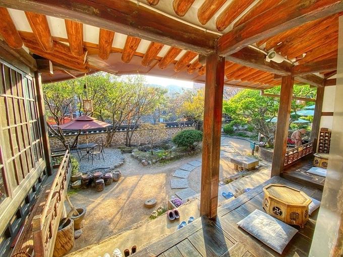 Tọa lạc trên một ngọn đồi tại Seongbuk-dong, đây là nơi lý tưởng dành cho những buổi hẹn hò, đặc biệt là vào mùa hè. Khách bỏ giày dép trước khi vào nhà, sau đó chọn một bàn đẹp để ngồi ngắm cảnh, tận hưởng không gian thanh bình giữa lòng thủ đô. Nó cũng là nơi đáng ghé thăm dành cho người mê các kiến trúc cổ.
