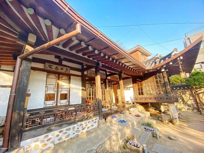 Quán trà nằm trong một căn nhà hanok (nhà truyền thống Hàn Quốc) được xây dựng từ những năm 1930, từng thuộc sở hữu của nhà văn Lee Tae Jun. Sau khi ông qua đời, ngôi nhà được tu sửa và mở cửa phục vụ mọi người từ năm 1999. Nhiều người ví, nó là viên ngọc của Seoul. Đến đây, bạn có không chỉ thưởng đủ loại trà hảo hạng mà còn được chiêm ngưỡng khung cảnh thay đổi theo bốn mùa.