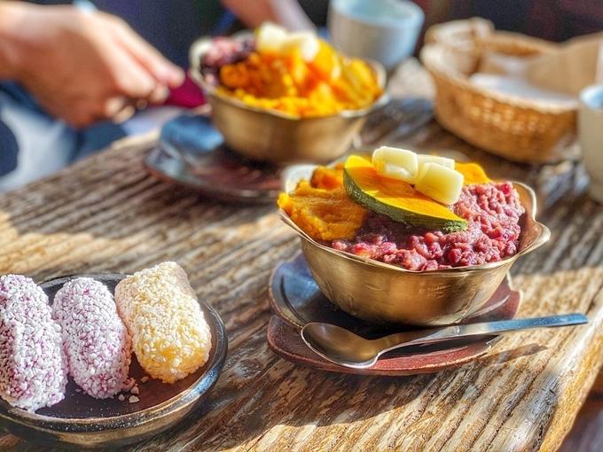 Ngoài một loạt các loại trà dược liệu và trà xanh hoang dã chất lượng cao, nó còn phục vụ đồ ngọt truyền thống; súp bí ngô mặn ngọt với bột đậu đỏ là một cảm giác vị giác.