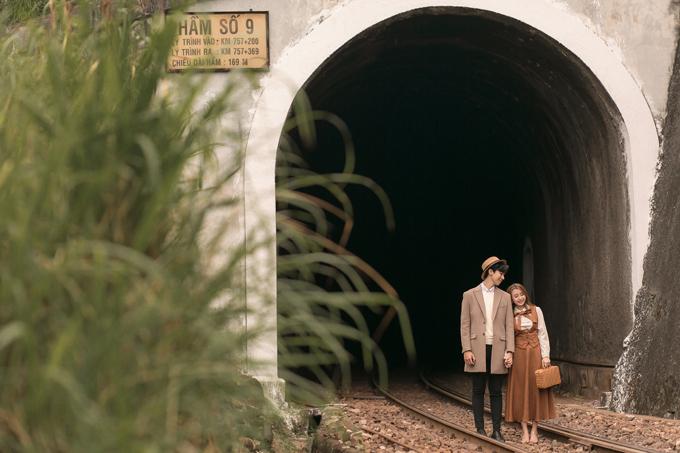 Bối cảnh chính là hai địa điểm ga Kim Liên và hầm ga Số 9 Đèo Hải Vân, đều thuộc địa phận Đà Nẵng. Thành phố miền trung này luôn thuộc top các điểm lý tưởng để chụp ảnh cưới bởi ưu điểm dễ đi lại, nhiều địa điểm nên thơ, chi phí hợp lý.