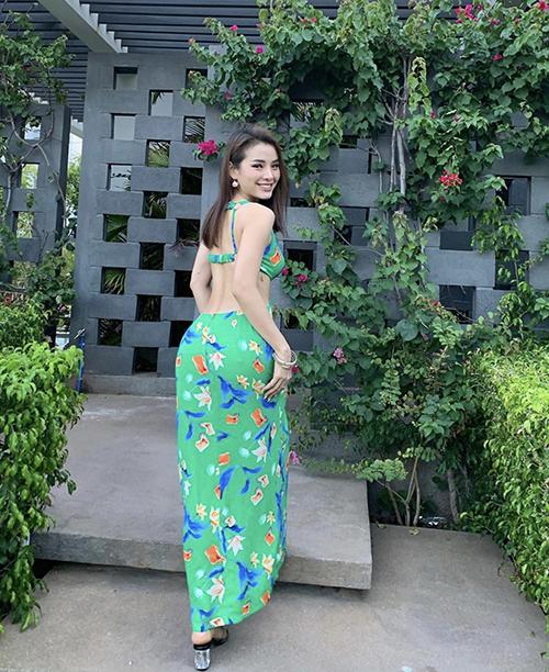 Đầm dáng dài khoe lưng ong và eo thon của Phương Trinh Jolie có nhiều sắc màu nổi bật phù hợp với xu hướng hè 2020.
