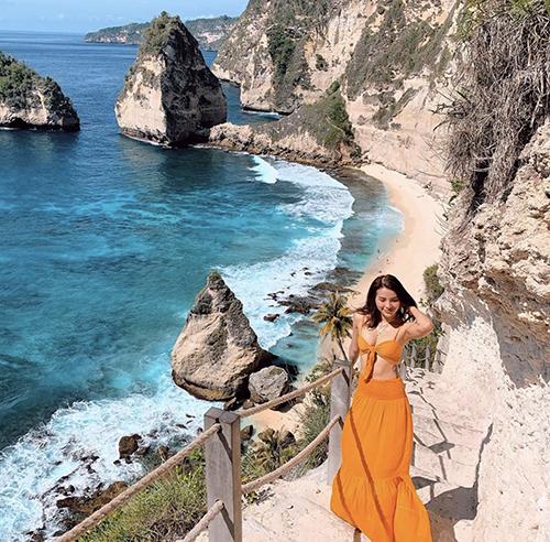 Sau những ngày giãn cách xã hội, kỳ nghỉ ở biển sẽ giúp các nàng cân bằng cảm xúc. và tận hưởng những ngày nghỉ lễ thú vị. Cùng với điểm đến tuyệt đẹp, chọn trang phục như Phương Trinh Jolie sẽ giúp từng khoảnh khắc của chuyến đi ấn tượng hơn.