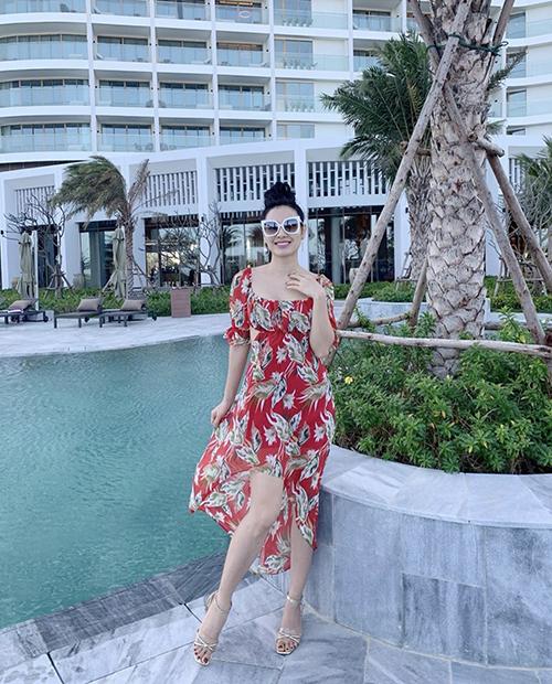 Ngoài tông trắng dễ chụp ảnh với không gian xanh mát của đại dương, váy áo in hoạ tiết nổi bật cũng là trang phục cần có khi đi du lịch.