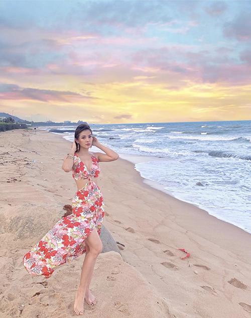 Những mẫu váy hoa mang đậm không khí mùa hè nhiệt đới cũng là xu hướng được phái đẹp yêu thích khi đi chơi biển.